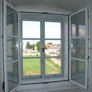Neues Kastenfenster halboffen