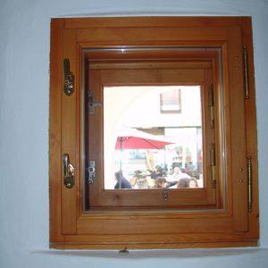 Kastenfenster mit Messingbänder