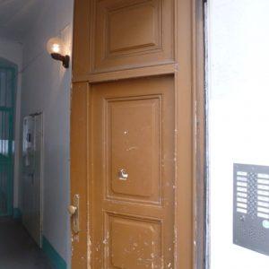 Eingangstür original mit gleich breiten Flügeln