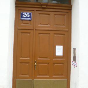 Eingangstür mit Gehflügelverbreiterung