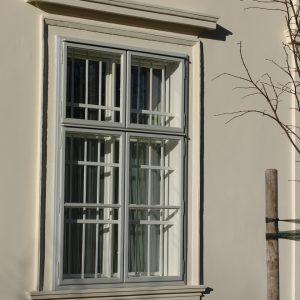 Kastenfenster mit Eisengitter