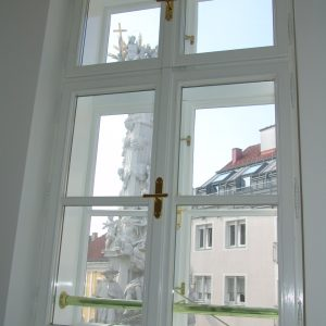 Kastenfenster mit Messingstange