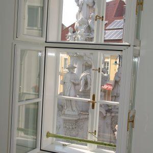 Kastenfenster vor Pestsäule