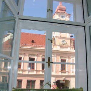 Kastenfenster vor Rathausturm