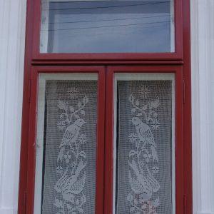 Kastenfenster mit Scheibenvorhänge