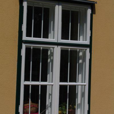 Kastenfenster mit Fenstergitter