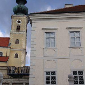 Kastenfenster neben Kirchturm